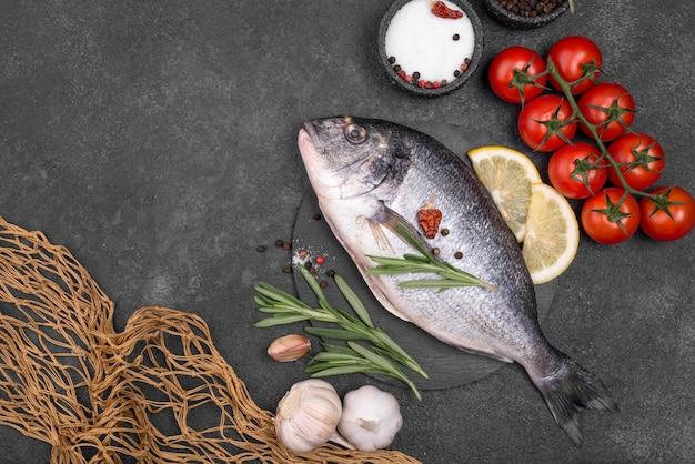 Свежая рыба морского леща с овощами