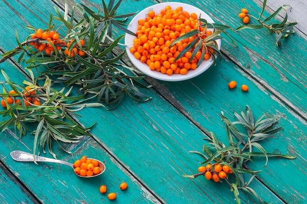 소박한 나무 테이블에 신선한 바다 갈 매 나무속 열매. 건강한 유기농 열매 수확