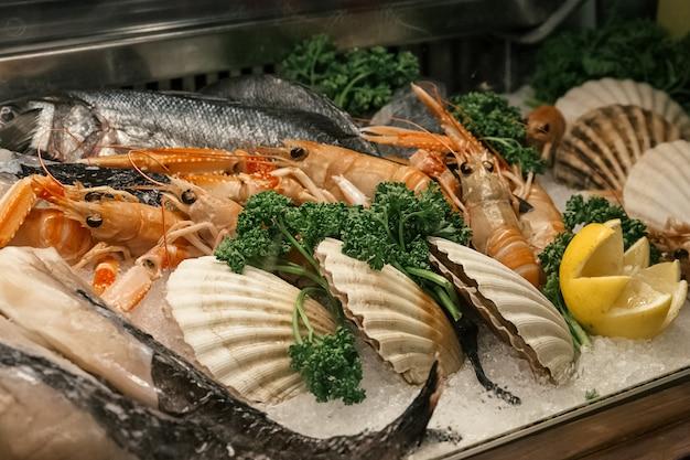 Свежие морепродукты на прилавке рынка