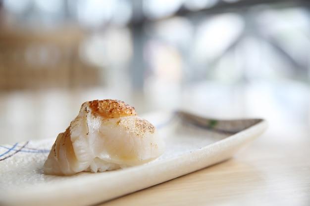 Свежие морские гребешки суши японская кухня