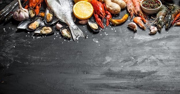 신선한 해산물 검은 칠판에 다양한 새우, 가재, 문어 및 기타 해양 생물