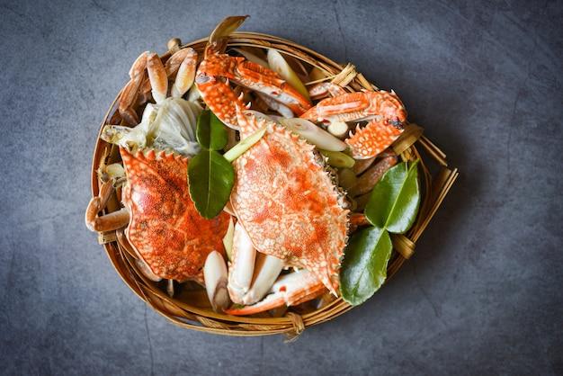 레스토랑에서 나무 접시에 신선한 해산물 게