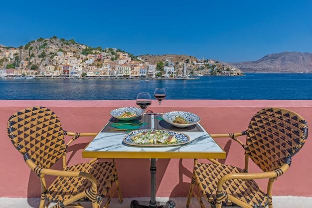 海の近くのレストランで新鮮なシーフードプレート