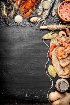 신선한 해산물. 향신료와 허브와 함께 바다 음식.