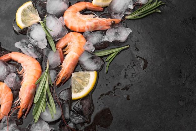 氷の上で新鮮なシーフードエビ