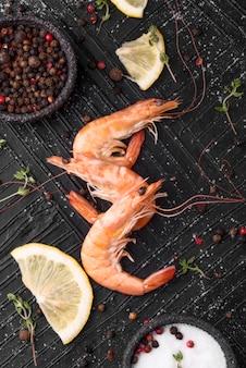 Gamberetti di pesce fresco con sale