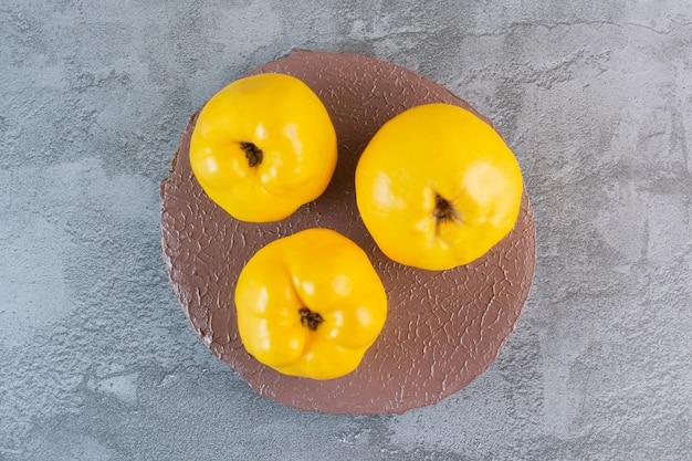 新鮮な季節の果物。有機リンゴマルメロの上面図。