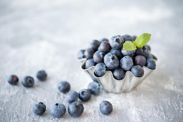 缶入りの新鮮な季節のブルーベリー