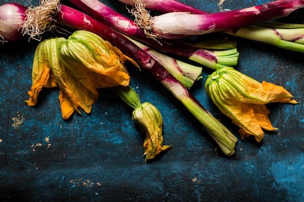 파란색 테이블에 신선한 제철 야채