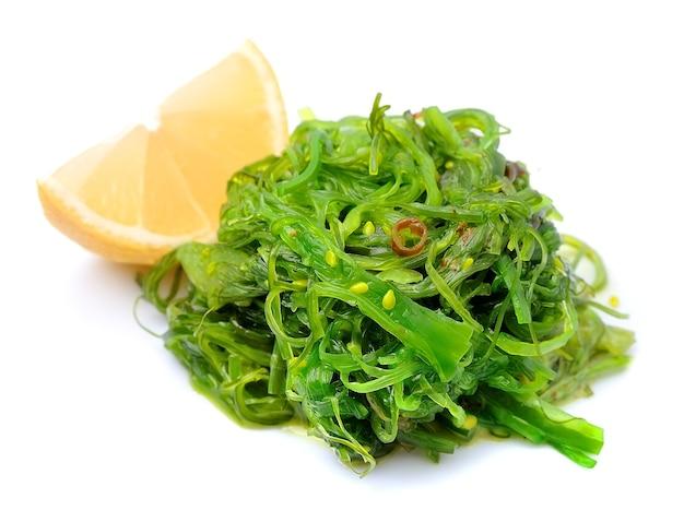 白い背景で隔離の新鮮な海藻サラダ