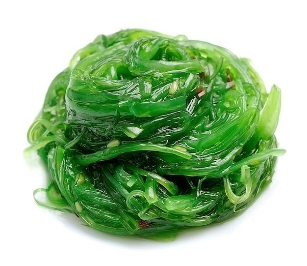 Салат из свежих водорослей, изолированные на белом. японская кухня.