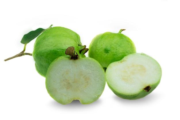 흰색 바탕에 잎이 반쪽이 있는 신선한 씨 없는 구아바 과일
