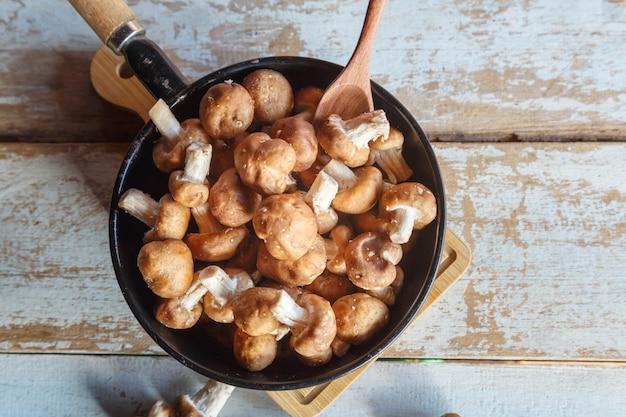 焼きたての椎茸を鍋に入れて調理する