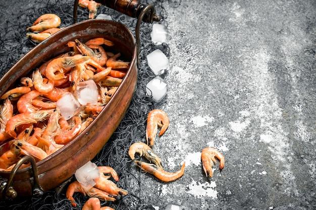 얼음과 낚시 그물 그릇에 신선한 새우