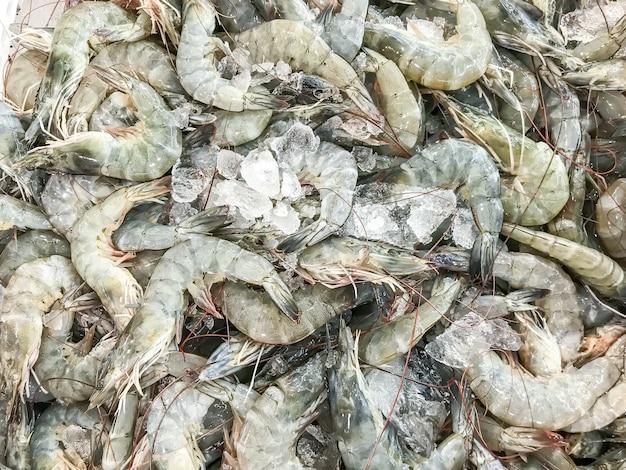 Свежие креветки на рынке
