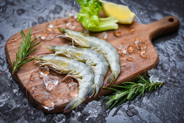 Fresh shrimp on wooden cutting
