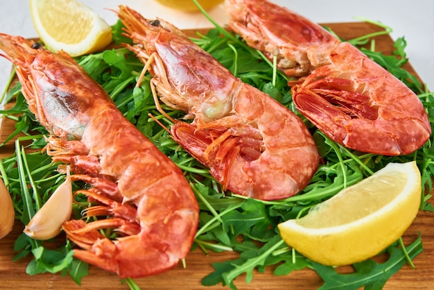 Fresh shrimps with lemon and rucola