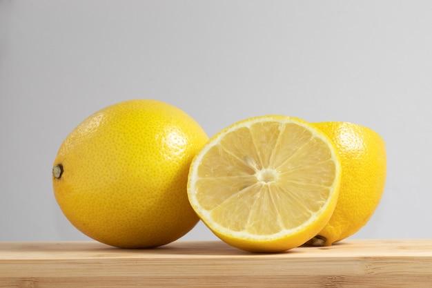 Свежие сицилийские лимоны на разделочной доске.