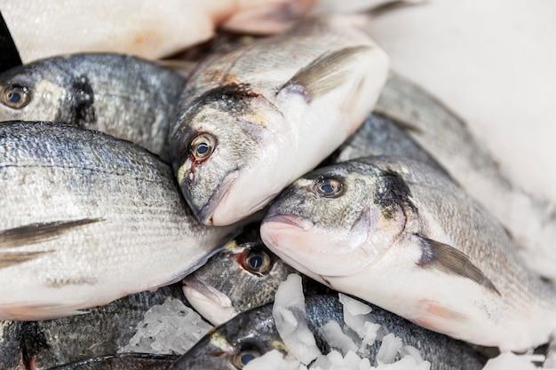 Свежая серебряная рыба на льду на прилавке. крупный план.