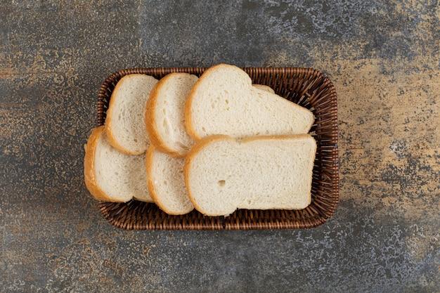 나무 바구니에 신선한 슬라이스 빵입니다.