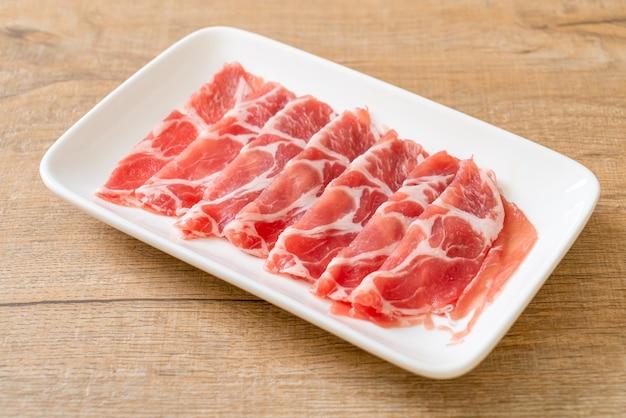 新鮮なスライスした首輪豚肉生