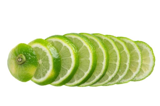 Свежие нарезанные фрукты, изолированные на белом фоне