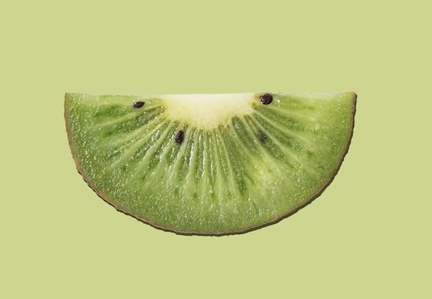 緑の背景に新鮮なスライスキウイポスター。上面図とマクロ。コンセプト写真