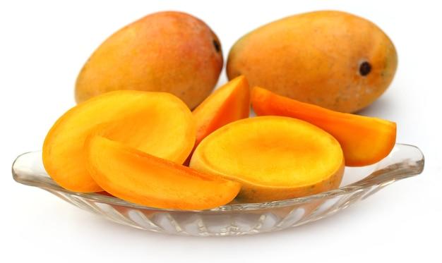 Свежие нарезанные манго целиком