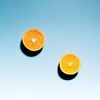 밝은 배경에 신선한 슬라이스 오렌지