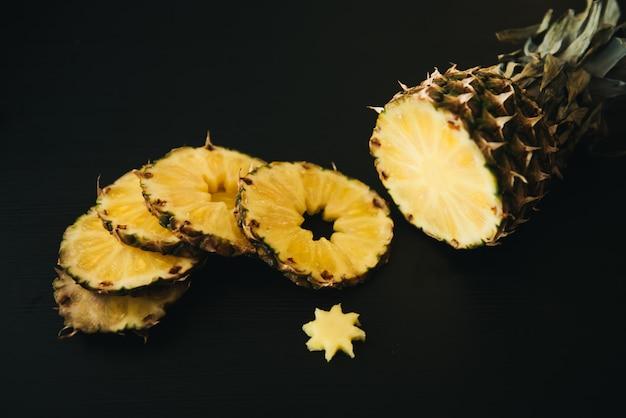 暗い背景に新鮮なスライスしたパイナップル