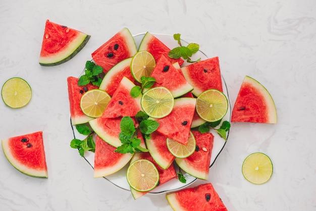여름에 접시에 신선한 얇게 썬 수박
