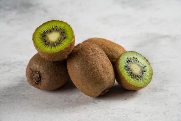 Fette fresche di kiwi su bianco.