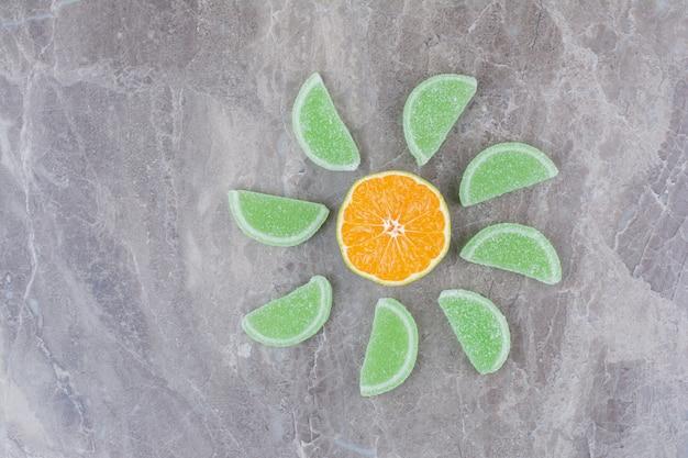 대리석 바탕에 달콤한 마멀레이드와 오렌지의 신선한 조각.