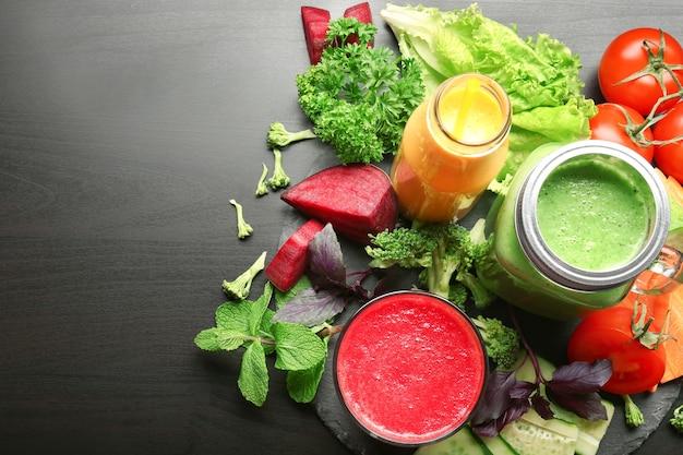 テーブルの上の新鮮なスムージーと野菜