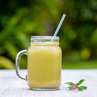 Свежие смузи из авокадо, банана, манго и меда