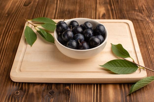 木の白い皿の中の新鮮な酸っぱいブラックソーン