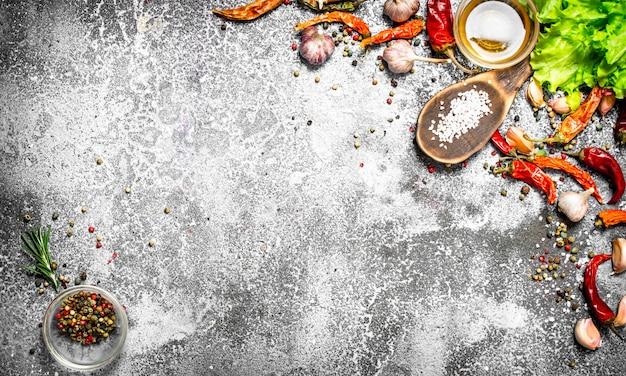 フレッシュスパイス。素朴なテーブルの上の芳香のスパイス。
