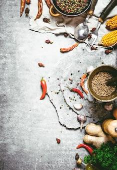石の背景に新鮮なスパイス、ハーブ、秋の野菜