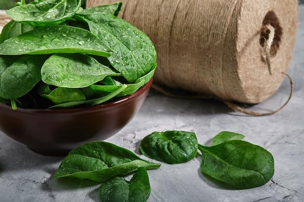Свежие листья шпината, экологическая упаковка, доставка еды. здоровые органические продукты. вегетарианская диета с травами. копия пространства, крупный план.