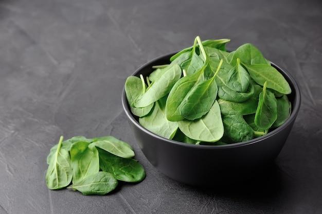Салат из свежего шпината на конкретных столах.