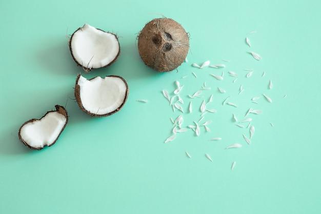 青色の背景に新鮮な分割ココナッツ。