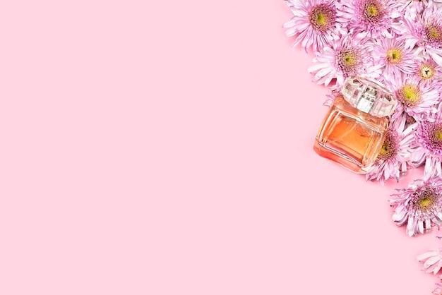 신선한 봄 꽃과 향수. 여성을위한 향수 광고 핑크 배경입니다. 신부