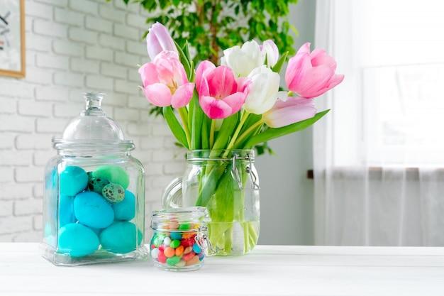 Свежие весенние цветы с крашеными яйцами для празднования пасхи