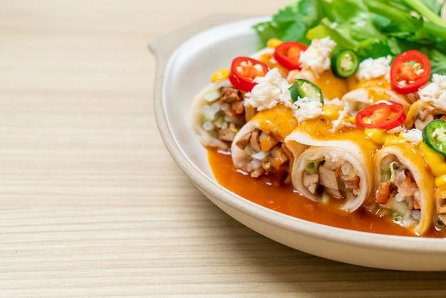 게와 소스와 vagetable 신선한 스프링 롤-건강 식품 스타일