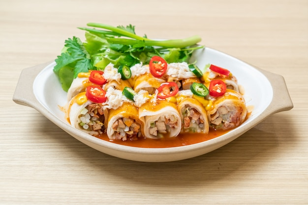 Fresh spring roll with crab and sauce and vagetable