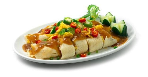 Свежие спринг-роллы, фаршированные свиной колбасой, вьетнамская свиная колбаса и овощи
