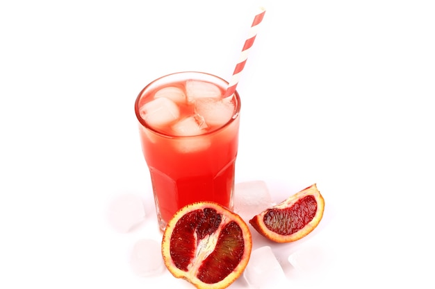 Свежевыжатый сок из кровяных апельсинов со льдом на белом фоне летний освежающий напиток
