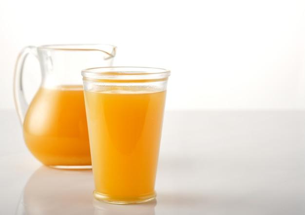 新鮮なフルーツと絞りたてのオレンジジュース。