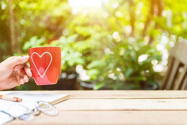 一日の新たなスタート。自分を愛し、自分の世話をします。庭で熱いお茶を飲む。