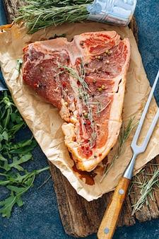 夕食には新鮮なステーキ。調理する準備ができているプレミアム生ビーフステーキ Premium写真